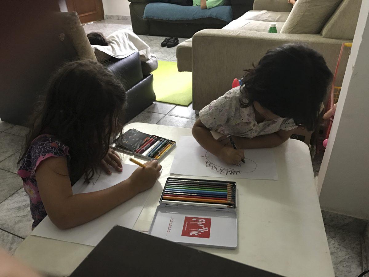 Die Kinder freuen sich über die Farbstifte – São Paulo