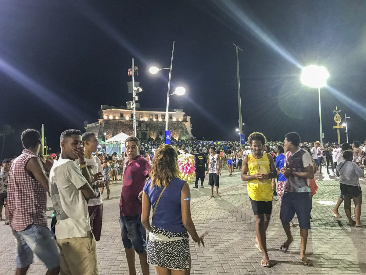 Viele Menschen beim Farol de Salvador