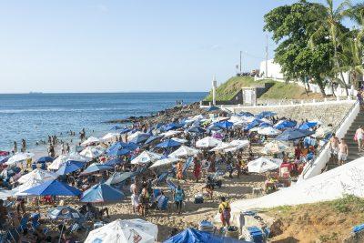 Voller Strand in Barra, Salvador