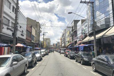 Viele Markt- und Kleiderstände in Brás, São Paulo