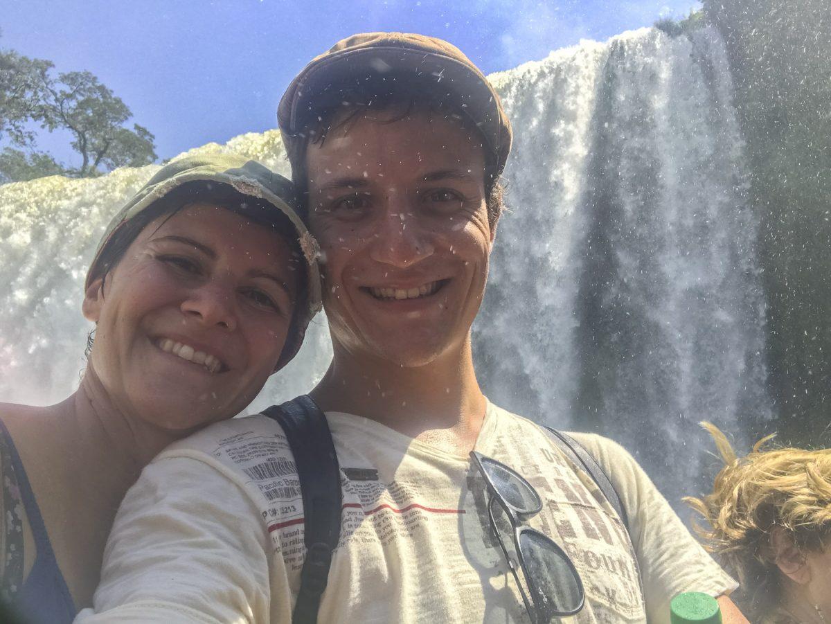Zu zweit an den Iguazú-Wasserfällen