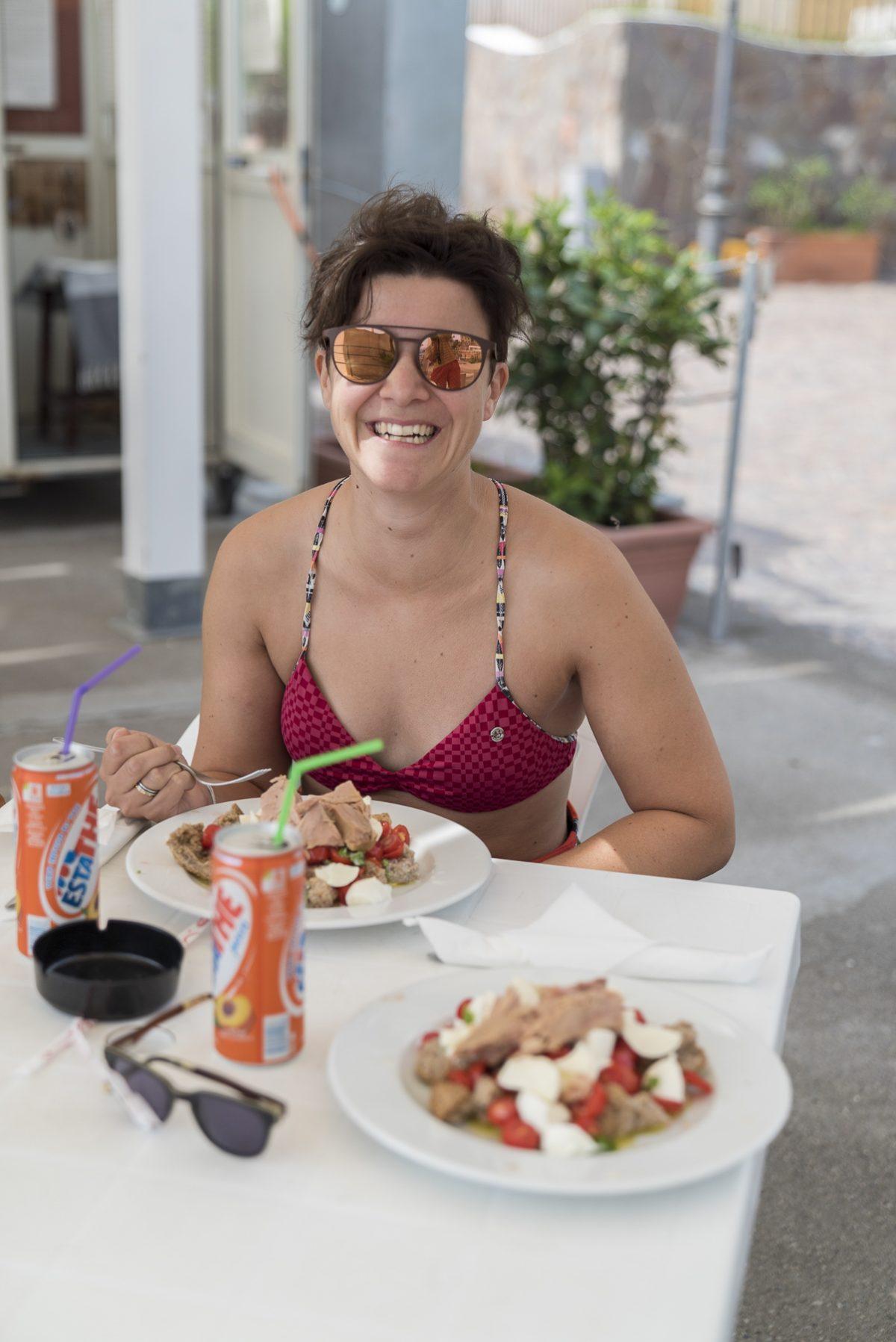 Marina isst «Caponata» am Strand in Erchie, Italien